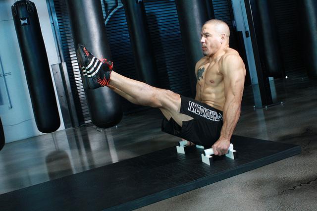 L-sit bodyweight hypertrophy
