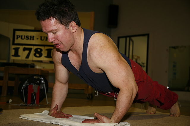 640px-Doug_Pruden_doing_back_of_the_hand_push_ups_MG_0045