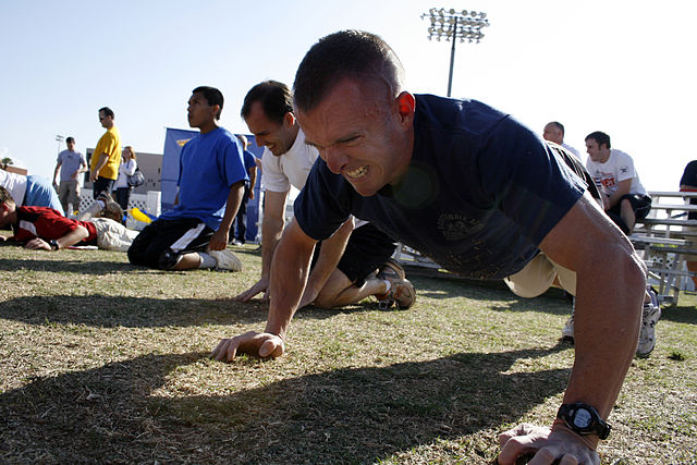 640px-US_Navy_090314-N-5366K-056_Athletes_battle_through_two_minutes_of_push_ups_during_the_Navy_SEAL_Fitness_Challenge_at_Arizona_State_University_in_Phoenix
